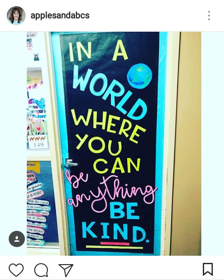 tł.: W świecie, w którym możesz być kimkolwiek (czymkolwiek), bądź życzliwy.